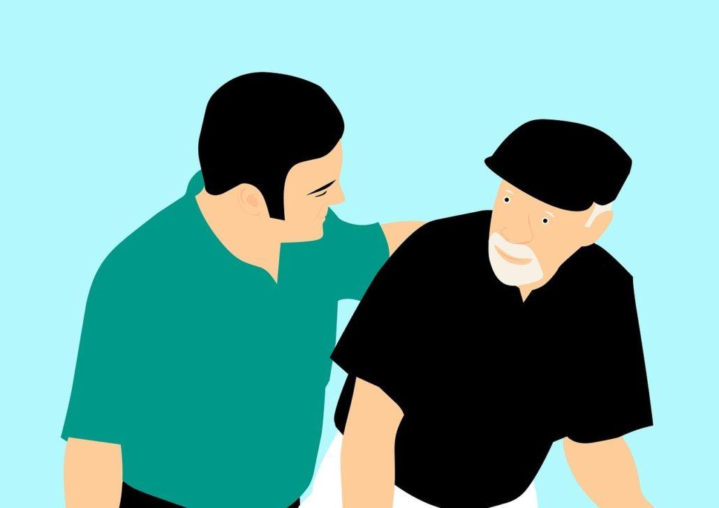 Person holder om ældre menneske i en omsorgsfuld gestus